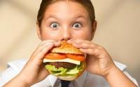 fetita mananca burger 200x125 Obezitatea la copii