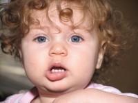 bebe frumos cu dinti 200x150 Eruptia dentara aparitia primilor dintisori