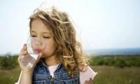 fetita cu pahar de apa 200x120 Cata apa trebuie sa bea copiii mici?