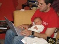 tatic cu bebe la laptop 200x150 Concediul obligatoriu de 1 luna pentru proaspetii tatici