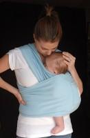 bebe purtat 131x200 Metode de alinare a colicilor bebelusului