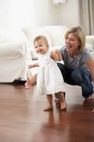 fetita face primii pasi2 133x200 La ce varsta merg copiii in picioare?