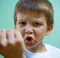 baietel arata pumnul 200x196 Totul despre comportamentul agresiv la copii