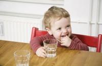 copil bea apa 200x131 Alimentatia copilului de 1 3 ani