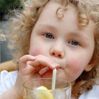 fetita bea apa 200x200 Gastroenterita la copii: enteroviroza si enterocolita