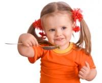 fetita mananca singura 200x163 Idei de meniuri pentru copilul de 1 3 ani
