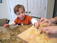 un ajutor de nadejde 200x150 Cum poti implica copilul in bucatarie: sfaturi in functie de varsta