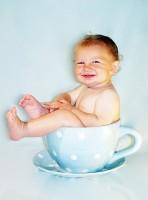 bebe in ceasca cu ceai 148x200 Ceaiul la bebelusi